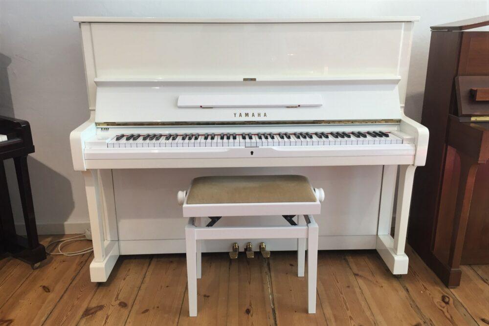 Yamaha-U1-Klavier-weiß